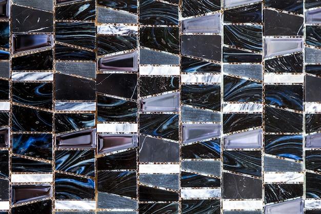 Schwarzweiss-mosaikhintergrundfliesen. schließen sie oben, das schwarzweiss-mosaikfliesen duschwandbeschaffenheitshintergrund reinigt