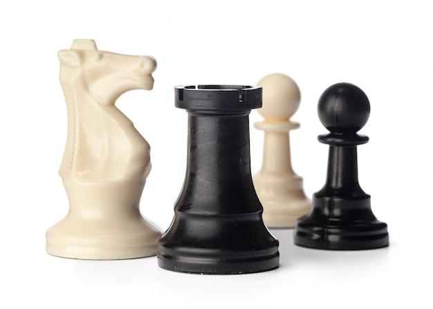 Schwarzweiss-schachfiguren auf weißem hintergrund