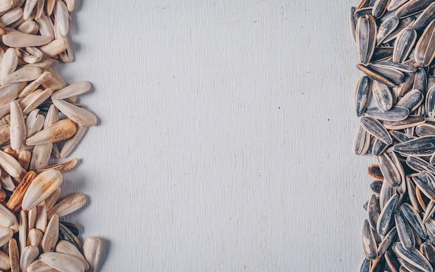 Schwarzweiss-sonnenblumenkerne auf einem weißen hintergrund. draufsicht.