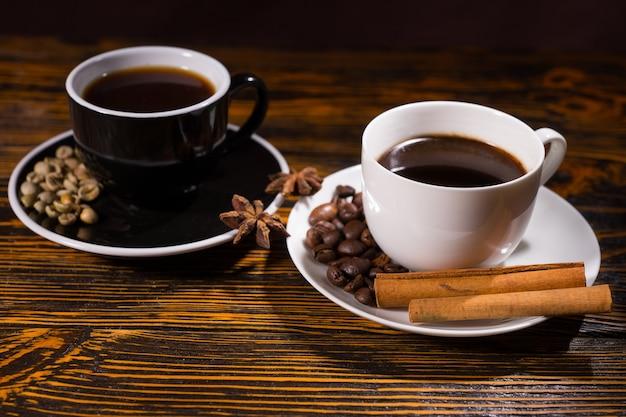 Schwarzweiss-teetassen mit kaffee und zimt