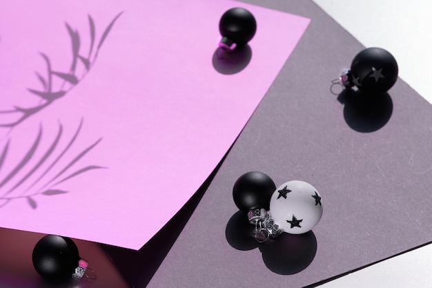 Schwarzweiss-weihnachtskugeln auf buntem papier