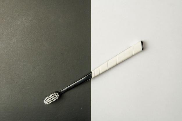 Schwarzweiss-zahnbürste auf einem schwarzweiß.
