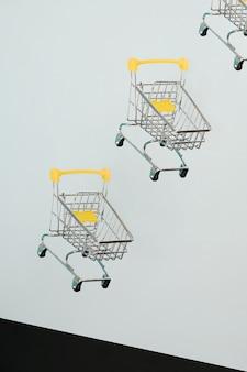 Schwebende einkaufswagen auf weißem hintergrund