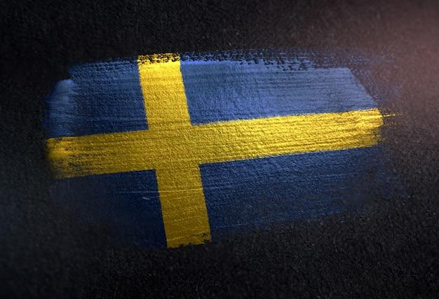 Schweden-flagge gemacht von der metallischen bürsten-farbe auf dunkler wand des schmutzes