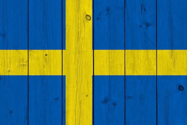Schweden-flagge gemalt auf alter hölzerner planke