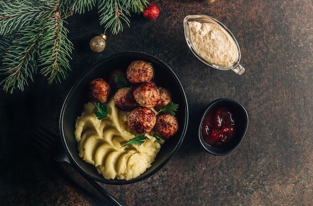 Schwedische fleischbällchen mit kartoffelpüree und preiselbeermarmelade