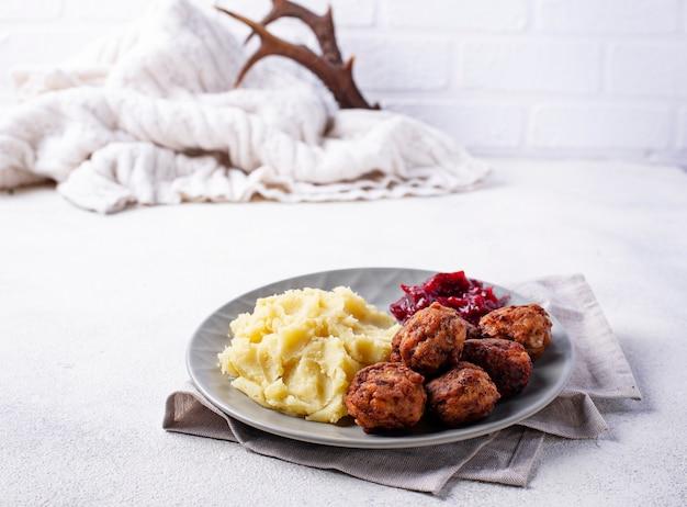 Schwedische fleischbällchen mit kartoffelpüree