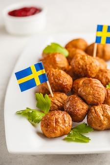 Schwedische traditionelle fleischklöschen auf weißer platte. schwedisches essen-konzept.