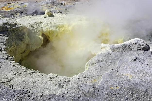 Schwefelfumarole im aktiven vulkankrater