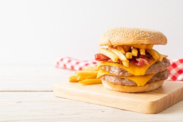 Schweine-hamburger oder schweine-burger mit käse, speck und pommes frites