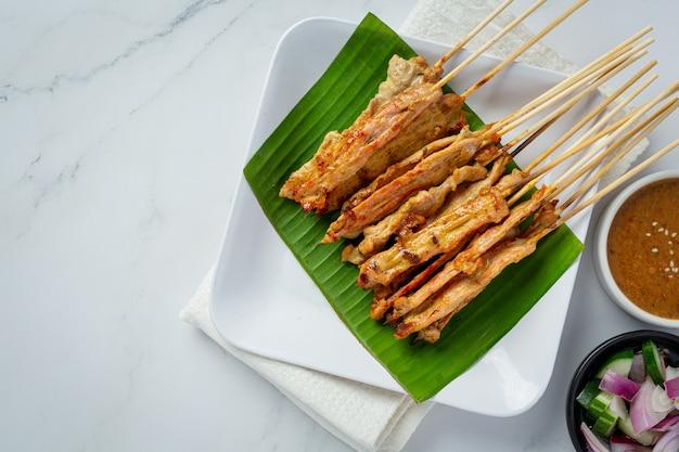 Schweine-satay mit erdnusssauce oder süß-saurer sauce, thailändisches essen Kostenlose Fotos