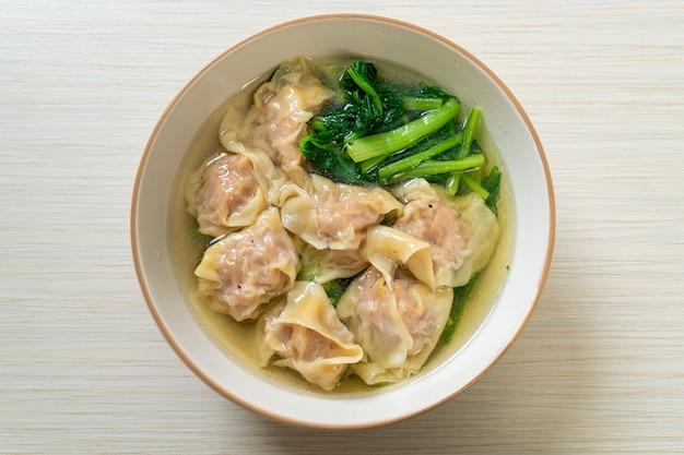 Schweine-wan-tan-suppe oder schweine-knödel-suppe mit gemüse - asiatische küche