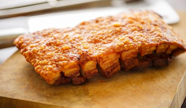 Schweinebauch knusprig geschnitten kochen durch gebraten oder frittieren