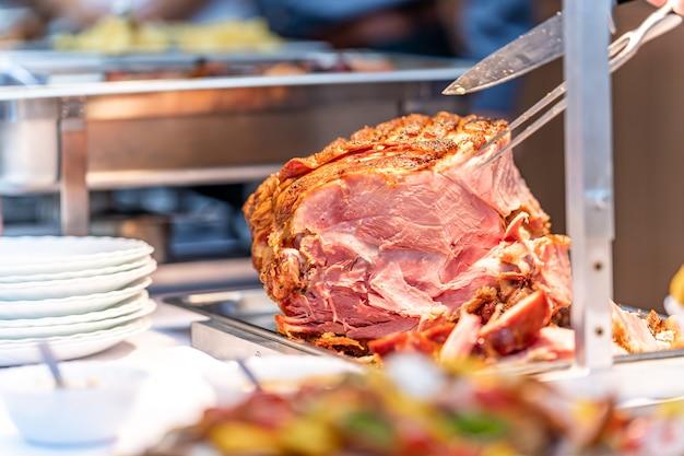 Schweinebraten auf einem catering-tisch