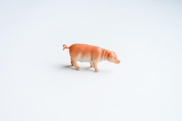 Schweinefigur auf weißem hintergrund
