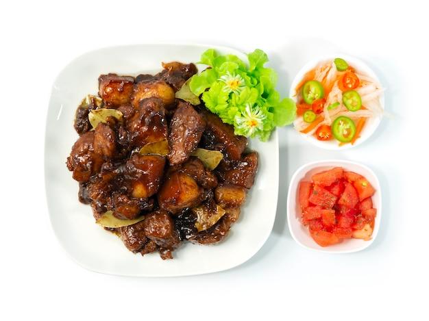 Schweinefleisch adobo karamellisiertes philippinisches gericht, hinzugefügt mit dem beliebten gericht mit süßem und saurem geschmack auf den philippinen. asean foods serviert in der draufsicht von gericht und gemüse