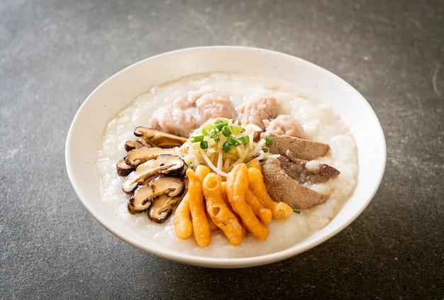 Schweinefleisch congee oder haferbrei mit schweinefleischschale