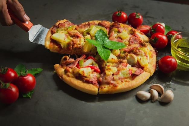Schweinefleisch deluxe pizza