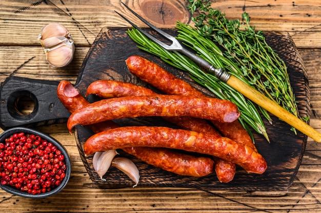 Schweinefleisch geräucherte würstchen mit frischen aromatischen kräutern und gewürzen