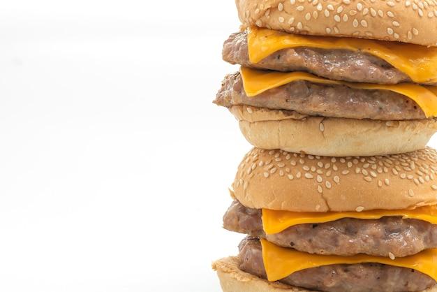 Schweinefleisch-hamburger oder schweinefleisch-burger mit käse isoliert auf weiß