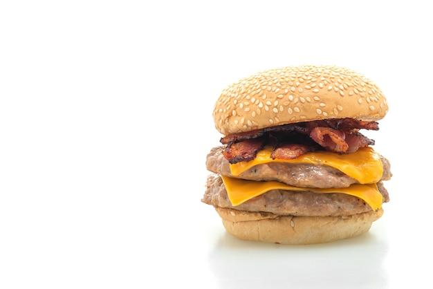 Schweinefleisch-hamburger oder schweinefleisch-burger mit käse und speck isoliert auf weißem hintergrund
