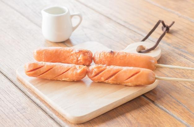 Schweinefleisch hotdog gegrillt auf holzplatte