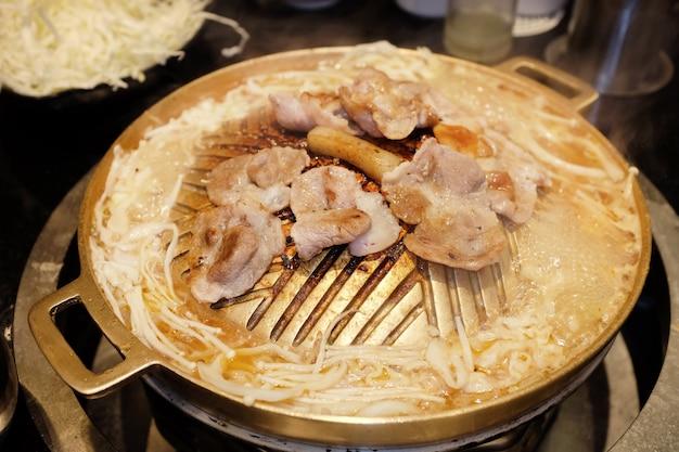 Schweinefleisch in scheiben geschnitten auf heißer pfanne