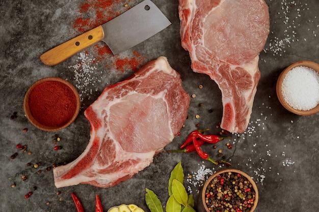 Schweinefleisch mit rippchen, hackmesser und gewürzen hacken. draufsicht.