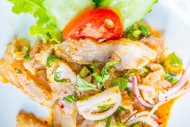 Schweinefleisch nam-tok oder chili-sauer-mix.