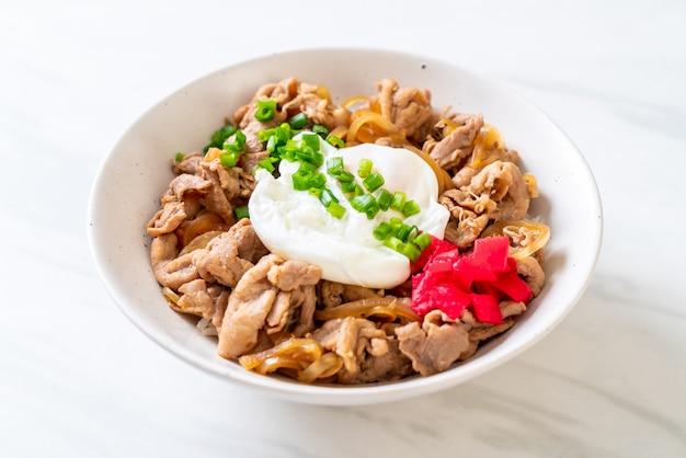 Schweinefleisch reisschale mit ei (donburi) - japanisches essen