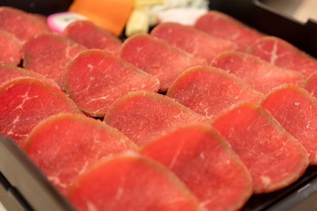 Schweinefleisch, rindfleisch, folien in das tablett gelegt, im restaurant serviert.