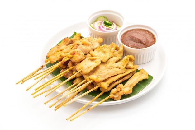 Schweinefleisch satay gegrilltes schweinefleisch serviert mit erdnusssauce oder süß-saurer sauce