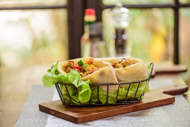Schweinefleisch und huhn curry roti naan brot wraps im indischen restaurant