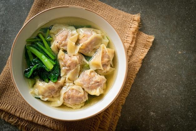 Schweinefleisch-wanton-suppe oder schweineknödelsuppe mit gemüse. asiatischer essensstil
