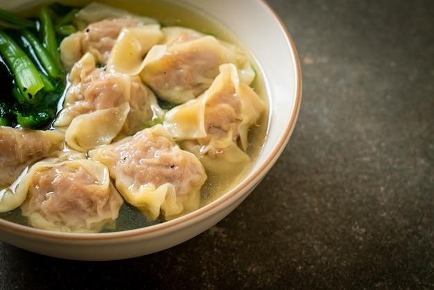 Schweinefleisch wonton suppe oder schweinefleisch knödel suppe mit gemüse - asiatische art zu essen