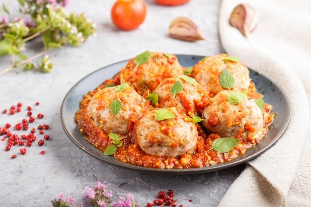 Schweinefleischbällchen mit tomatensauce