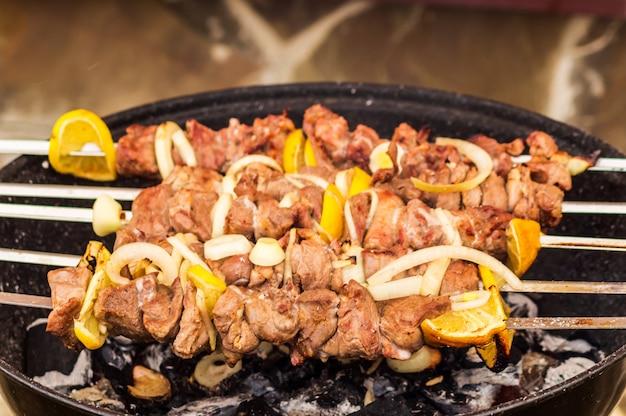 Schweinefleischgrill auf grill mit gewürzen