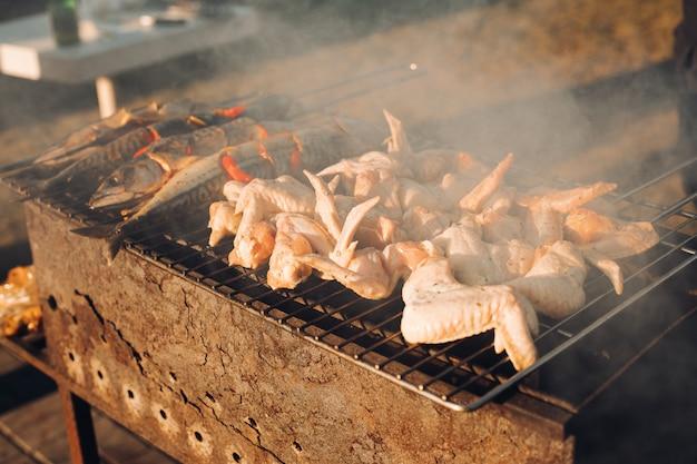 Schweinefleischgrill, gekocht auf gegrilltem holzkohlegrill ist wunderschön. das fleisch am feuer. das fleisch auf den kohlen