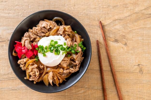 Schweinefleischreisschüssel mit ei (donburi) - japanisches essen
