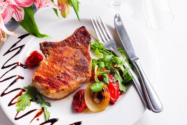 Schweinefleischrippen mit mais auf einem hölzernen brett. amerikanisches essen. von oben betrachten.