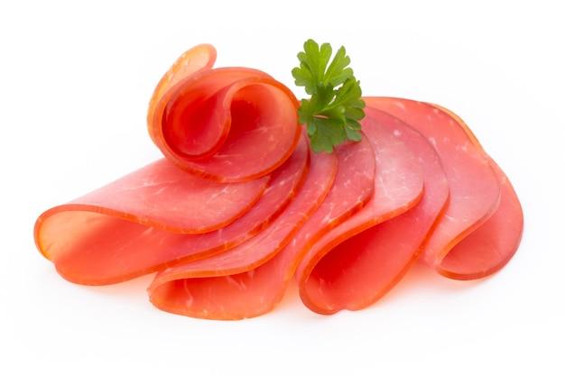 Schweinefleischschinkenscheiben isoliert auf weißer oberfläche.