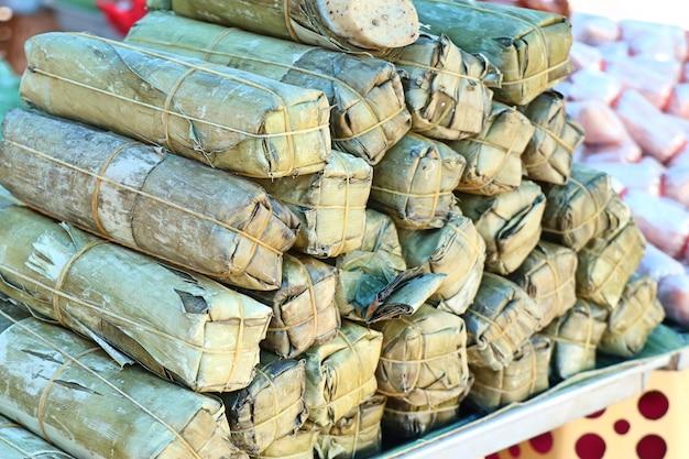 Schweinefleischwurst umwickelte bananenblätter