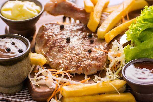 Schweinekotelett steak street food.
