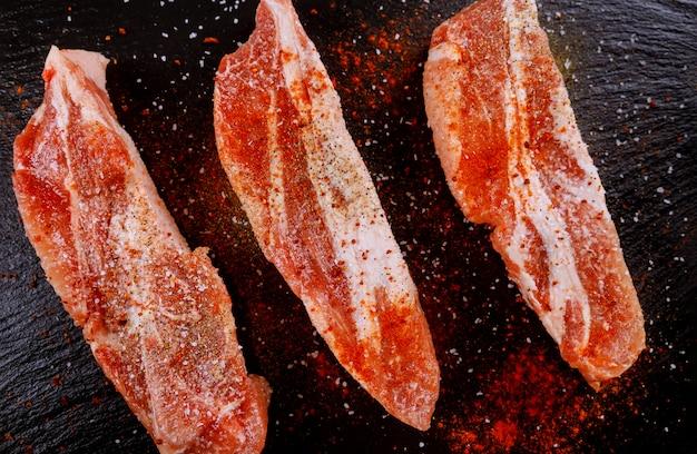 Schweinekoteletts ohne knochen, gewürzt mit getrockneten tomaten, paprika