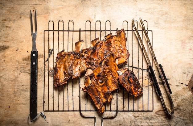 Schweinerippchen auf dem grill gegrillt. auf holztisch.