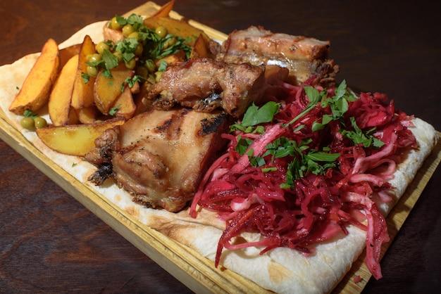 Schweinerippchen, rustikaler kartoffel-rote-bete-salat