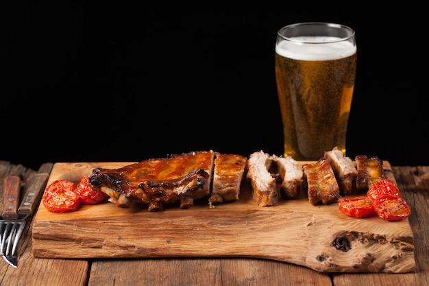 Schweinerippchen und helles bier.