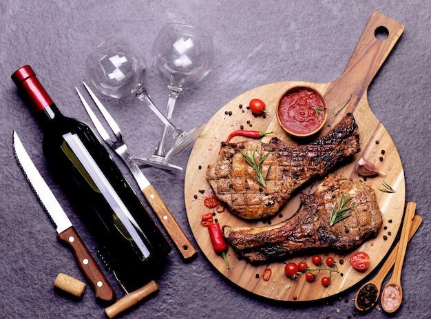 Schweinesteak mit rotweinsauce und gewürzen mit gemüse