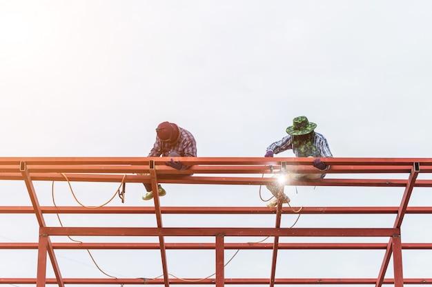 Schweißensstahl des bauarbeiters für dachkonstruktion