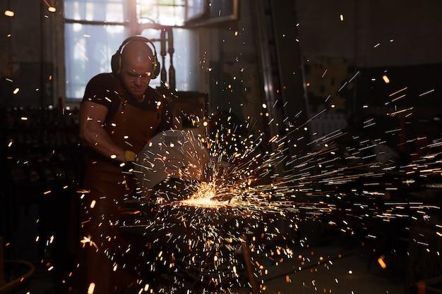 Schweißer arbeiten mit metall